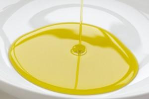 火傷の水ぶくれの皮膚の再生をより助けるために傷口にひまし油を塗ると早く治る