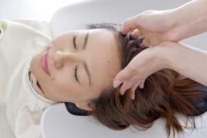 若年性薄毛(AGA)は皮膚科や育毛サロンやエステサロンで治療できます
