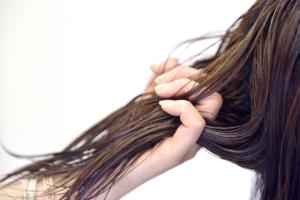 パーマ、カラーリング、ブリーチ、シャンプーの使い過ぎも髪を傷める原因に