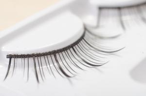 まつエクは広く普及しましたが接着剤でくっつけてますので、睫毛にも瞼にも負担です