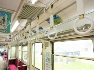 猫背対策は通勤通学の電車の中でもまず背筋を伸ばす事から