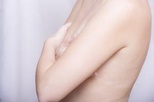 母乳の詰まりもなく炎症や痛みがないしこりがある場合には乳がん検診をしましょう