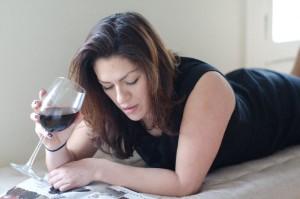 睡眠前の飲酒は脱水症状をおこし寝汗対策にも良い睡眠にも逆効果になることも