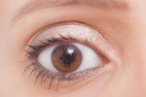 コンタクトレンズを長時間使用していると、目の角膜が酸素不足になってしまう角膜浮腫に