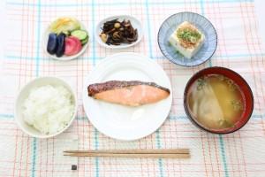 背中ニキビの予防には一汁三菜の食事や十分な睡眠