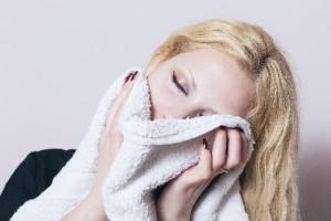 ゴルゴ線や老け顔予防に目元の血行促進のため温タオルを活用
