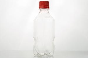 ペットボトルで口角トレーニング、空のボトルをくわえて吸ったり吐いたり