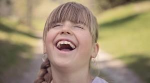 道具を使わない口角トレーニング、大きく口をあけて大笑いの形