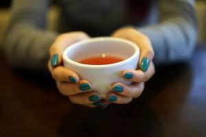温かい飲み物を飲んだり、軽く食事することが有効