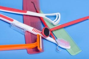 歯のケアといっしょに舌用ブラシなどを使って舌のケアもしましょう