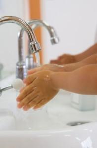 調理途中でも生肉を触ったらこまめに手洗い