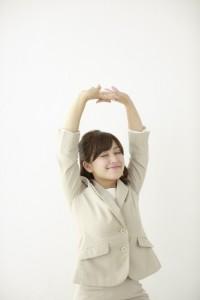 同じ姿勢でいて固まった足腰を伸ばして上げることが腰痛予防に