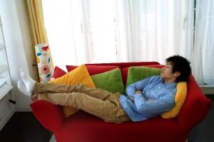 休日に平日の寝不足を解消しようと長く寝ても寝だめにならず逆にだるくなります