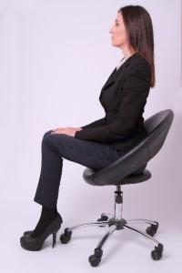 腰痛予防のためには立っても座っても正しい姿勢になる様に気を付けましょう