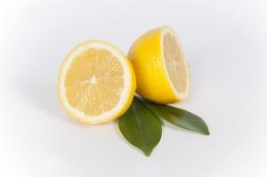レモンも肘の黒ずみ解消の助けになります