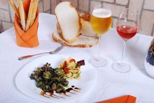 痛風は贅沢病といわれるほど酒の飲みすぎや贅沢な料理の食べ過ぎでなりやすい