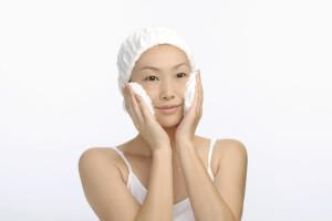 肌が温かいうちに洗顔料の泡で汚れを優しく落としましょう