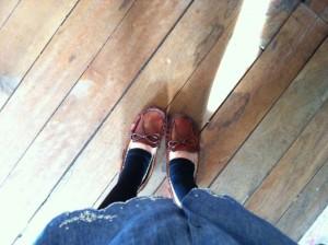 妊娠中は出かけるときにもかかとの低い靴などにして転倒に注意