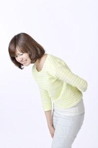 腰や背中が激しく痛んだり、側腹部や下腹部に鈍痛が起こったりします