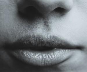 唇の周囲の赤み、水ぶくれ、かゆみ、痛みなどありませんか?