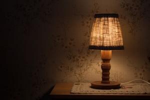 寝るときの明かりは消す?