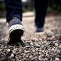 歩幅が狭くなる病気「パーキンソン病」の症状・原因・治療法