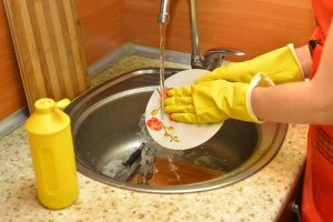 洗剤を使う時はゴム手袋を
