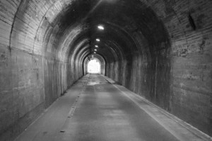 低い音がトンネルにいるように割れて聴こえ辛くなる