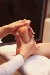 外反母趾予防に足の裏や指をマッサージしましょう