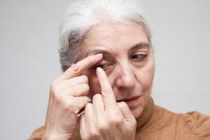 ハードコンタクト、パソコンなど目を酷使する人、逆さまつ毛のある人も眼瞼下垂が起こる可能性が