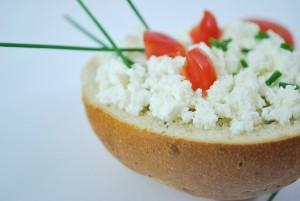 カッテージチーズ状といわれる白いポロポロと崩れるおりものが出ます