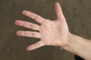 手を強くグーで握って、思いっきりパーで開く