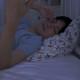 a0002_008271 夜中に目が覚める男性 寝起き 早朝 深夜 不眠 眠れない