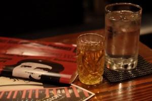 お酒と、お冷やウーロン茶などのソフトドリンクを交互に飲むこと