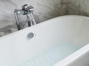 半身浴VS全身浴、健康や美容に良いのはどっち?