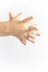 指と指の間を指を交差させながらこするように洗います