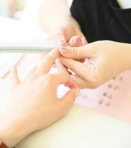 爪の美容に気を使っている女性はとても素敵に見えますね