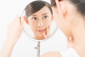 c08d3b6ec64d96542f6dd8b0577b5731_s 女性 鏡 顔 美容
