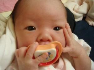 赤ちゃんが口に含む物といえば、おしゃぶり!?