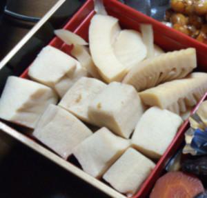 高野豆腐は、木綿豆腐を凍らせて熟成、乾燥させたもの