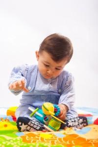 赤ちゃんの積み木遊び