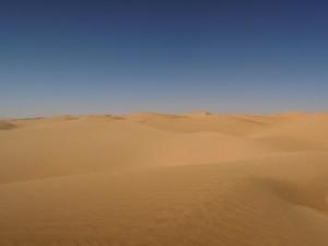 黄砂とは、中国の砂漠から偏西風に乗って運ばれてくる黄色い砂です