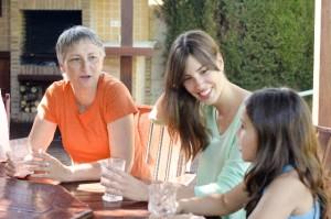 e17fb1a5fee8fd2d08bbd430ded5bf89_s family 家族 3世代 テーブル 食事 おしゃべり 会話 親子 母娘 woman girl