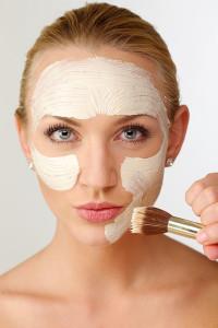 パック剤を顔に塗る