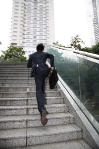 4026da04ec93822872125b66ba511790_s 階段を昇るビジネスマン スーツ 走る 慌てる 急ぐ