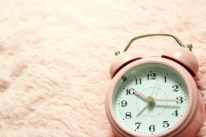 レム睡眠の間に起きられるように目覚ましをセットすると上質な睡眠を得たという感覚を得ることができる