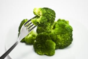 ブロッコリー、卵、納豆、レバーなどビタミンB2を多く含む食品を、積極的に摂る