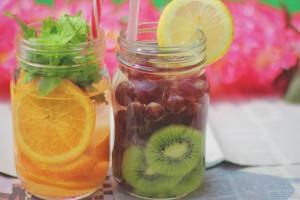 フルーツウォーターとは、水とフルーツ、野菜、ハーブを混ぜて作ったミネラルウォーターのこと