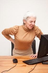線維筋痛症は、背中のこわばりが取れなかったり、全身に痛みが出たりする症状があります。