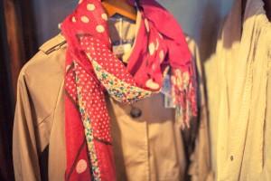 スカーフや薄いコートなど